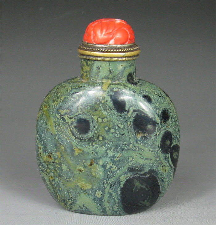 Green carnelian snuff bottle